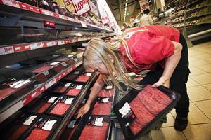 Ing-Marie Törnström jobbar i charken på Willys. Hon tipsar bland annat om att lägga köttfärsen i påsar redan i affären för att hålla värmen borta.