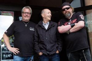 Arrangörerna Peder Eneroth och Lasse Holmgren, båda extrema Thin Lizzy-fans som har gjort bokningen till Club Rockers på Bankiren, poserar tillsammans med Brian Downey.