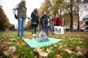 Eleverna fick själv sälja in sina verk. Här berättar Jenny Åblom, Sofia Månsson, Max Larsson, Julia Sundbom och Linnea Deime om sin Kroppspyramid.