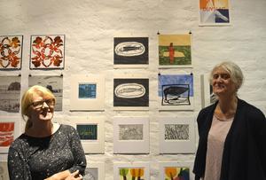 Maria Lagerborg och Ulla-Carin Winter både ställer ut och hjälper besökare att göra egna tryck.