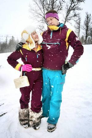Frida Hallgren och Kalle Westerdahl spelar grannarna Yvonne och Ragnar.
