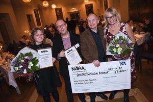 """Närakonferensens prisutdelning gick på torsdagskvällen av stapeln på Örebro slott. Årets Lokalredaktör, Lotta Willsäter från Östgöta Correspondenten, belönades med presentkort, diplom och blommor. Årets Närapristagare blev Jessica Ziegerer, Mats Amnell och Kalle Kniivilä på Sydsvenska Dagbladet för jobbet """"De har haft 52 lärare på tre år"""". Trion belönades med 75000 kronor, diplom och blommor."""