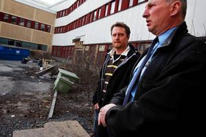 """Jonas Åsenstam och Jan Hellström tror att de nya lokalerna blir ett lyft för polismyndigheten och de hoppas att allmänheten ska märka så lite av flytten som möjligt trots att polishusets reception kommer att vara stängd 30 april–5 maj.""""Det finns andra stationer som man kan besöka. De som bor i Östersund kan vända sig till Krokom för anmälningsmottagning, lämna hittegods eller hämta blanketter""""."""