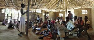 Ungdomssession i en by i Uganda.