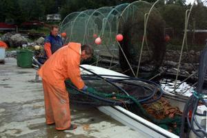 Anders Svensson och Peter Nordin har plockat iland fiskeredsapen från havet.