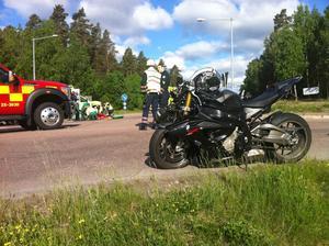 En motorcyklist krockade med en bil på tisdagsmorgonen.