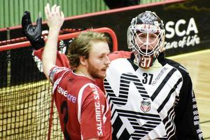 Johan Samuelsson tar farväl. Här tillsammans med Tomas Åhrberg.