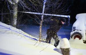 Polisens tekniker ska under onsdagen undersöka mordvillan i Brattås där det brann i går.