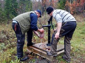 Bosse Wallgren från Timrå och Henrik Swedin från Sollefteå ingår i lag Marcus Allström. Här sköljer de ur canadagässen med gårdspumpen.