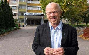 Stig Henriksson, V-kommunalråd i Fagersta, landets rödaste kommun  där V  har 20 mandat, S har åtta, M har tre, FP har ett och KD har ett och Sverigedemokraterna fick två för första gången samtidigt som centern mister sitt enda. Miljöpartiet fick inget ma