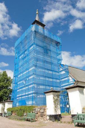Renoveringen av Floda kyrkas torn är inne i ett slutskede.
