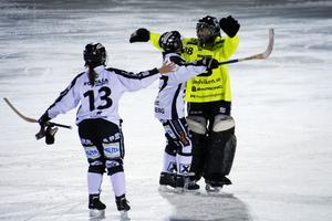 Målvakten Johanna Hellström kramas om av lagkamrater efter segern mot Söråker.