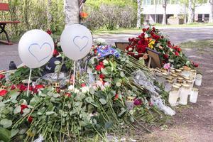 Platsen där knivdådet ägde rum natten mot nationaldagen har blivit en minnesplats där många placerat blommor.