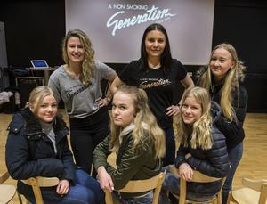 Victoria Christensson och Sofie Wernborg gästade Arenaskolan i Timrå.   Linnea Götberg,  Alba Boström, Tyra Einberg och Hanna Holmberg var mycket nöjda över all information de fick.