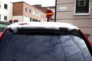 Bilister som var uppe riktigt tidigt fick börja med att borsta sina rutor från snö, medan de som var uppe lite senare endast kunde se små spår av snö på sina bilar.