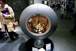 En het diva. En ögonrund vridbar öppen spis blir både konst och energi mitt i rummet. Bränslet är gas och elden styrs med en fjärrkontroll. Upplev den urgamla eldhärden i en helt ny innovativ design.