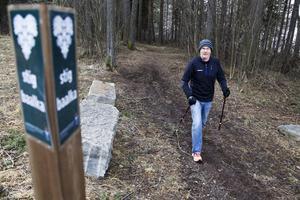 Håkan Svensson är ute och promenerar kring Minnesgärdet en dryg timme varje dag, han verkar kunna trakten väl.    – Detta är min vintermotion, säger han glatt.