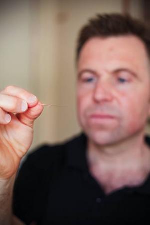 Nej, det gör inte ont. Akupunkturnålarna finns i en mängd olika storlekar men själva behandlingen gör inte ett dugg ont.