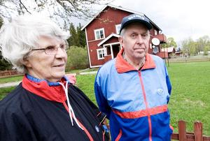 Åsboparet Karin och Erik Andersson såg brandröken när de passerade det lilla huset och slog larm till en granne.