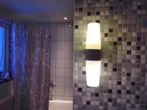 Badrummet på övervåningen är renoverat från grunden. Lamporna är original och fanns i huset när Thomas flyttade in.