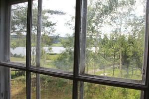 Genom fönstren i stora salen ser man Björktjärnen.