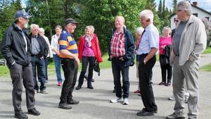 På fotot är Folke Eriksson omringad av intresserade resenärer.
