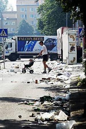 Foto: LASSE HALVARSSON Dagen efter. N Rådmansgatan vid Thulehuset söndag förmiddag innan sopmaskinerna hunnit suga upp resterna efter sista Cityfestnatten.