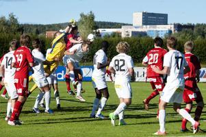 Falu FK vann hörnstatistiken med 5–1 i andra halvlek. Här nickar Nackas Sebastian Huenul Helgesson bort bollen framför Linus Bolin.