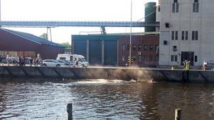 Båten och kranbilen sjönk omedelbart till botten. Bilden är tagen några sekunder efter att kranbilen träffade vattenytan.