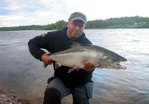 FISKE & FOTO. Tony Berggren, Gävle har alltid kameran med på sina fisketurer. Tony är för det mesta på plats när det händer något. Fotade bl.a årets premiärlax och årets största hittills. Den här gången fick han själv ta fighten med laxen, 10.7 kilo. Fångstdatum 22 juni