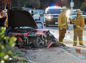 Den bil som Paul Walker och en vän färdades i totalförstördes i en singelolycka norr om Los Angeles. Skådespelaren och han vän omkom båda i olyckan.