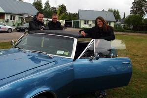 Micke Råstedt, Håkan Olofsson och Yasmine Bengtson är några i föreningen Dominoz som nu arbetar dygnet runt inför lördagens drifting ochburnoutshowi Sveg.