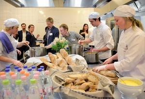 I aktion. I köket hade studenterna möjlighet att visa vad de går för. Fullt ös var det när soppa och bröd serverades till utställare och besökare på Rekryteringsmässan 2015.