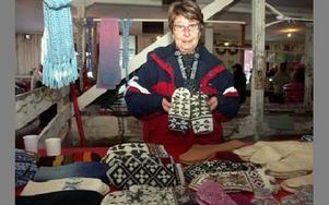 Gunilla Lennartsson sålde vantar från Estland.-- Man kan vända dem ut och in, då ändrar de färg, säger hon.