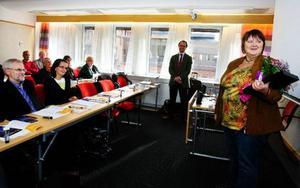Kommunalrådet AnnSofie Andersson tog emot priset av Robert Gidehag, vd i Skattebetalarnas Förening, som anser att Östersund kan sporra andra kommuner i länet att få ut mer per skattekrona. Foto: Ulrika Andersson