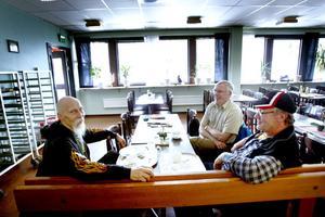 Bo Jansson, Leif Bertäng och Sven-Olov Jonsson brukar träffas då och då på LV-baren.– Det vore tråkigt om den lades ner, säger Sven-Olov Jonsson.