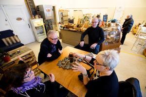 I Jessicas bageri går det även att ta sig en fika. Gunilla Granlöf, Jan Bergqvist, Roland Granlöf och Anita Berg njuter av doften av nybakat bröd i caféet.
