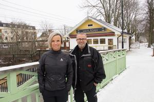 Tina Berg Dahlström och Magnus Dahlström, som driver Ica Supermarket i Tierp, framför gamla Bennys grill där de nu lagar mat.