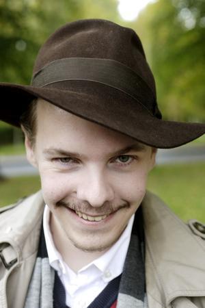"""PASSAR MED HÅRET. Rossar Westin, 22, hade långt hår tidigare. """"Det funkade inte så bra med hatt då. Jag fick dra ihop håret hårt med en snodd i nacken under brättet. Med kort hår går det bättre."""""""
