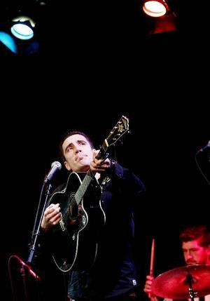 Inledningen med bandet Cash Is King var ett stabilt coverband som lyfte fram Johnny Cashs låtar.