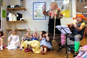 När man sjunger blir man så glad! Vilket här syns tydligt bland både barn och vuxna.