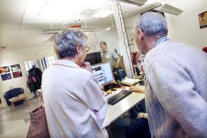 SNABBA PUCKAR. Arbetarbladets medarbetare David Holmqvist berättade för intresserade besökare om hur arbetet på webben går till.