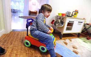 Albin Larsson, 3,5 år, sladdar runt på en av förskolans leksaker.