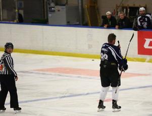 Nolan Kinney lämnar isen i Dunderhallen sedan han fått matchstraff i premiären mot AIK Hockey.