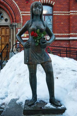 Röda rosor och deklamerande av Min älskling du är som en ros. Det blev den vackra inramningen när Taubesällskapet uppmärksammade 120-årsdagen av Evert Taubes födelse vid den staty som Astri Taube skapat.