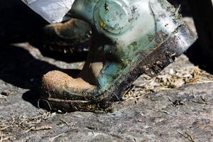 Den klibbiga oljan fastnar överallt där man går.
