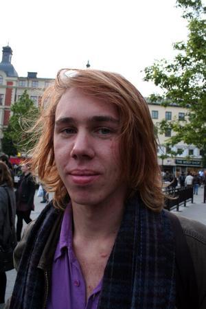 Varför är du här och demonstrerar mot SD?Anton Carlvik, 18, studerande Karolinska skolan– Dels så handlar det om att demonstrera mot politiska åsiktiker och inte att de kommit in i riksdagen. Faran är att det här kan sprida sig, se på många andra länder i Europa med stora främlingsfientliga partier.