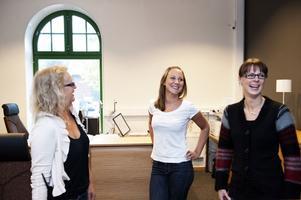 Problemlösare som trivs på jobbet i kommunens reception, Christina Johansson, Charlotte Bossel-Norman och Wictoria Smeds.