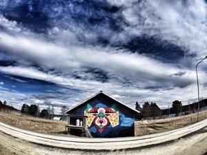 Maj: Glada ladan med färg i Berg.