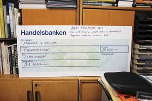 Pris. Peter och Margaretha fick stora checkar som tack för deras insats för Fagersta.